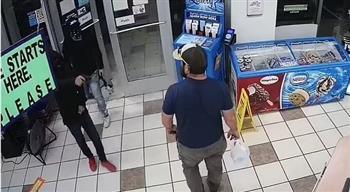 شاهد.. لحظة مذهلة لإحباط محاولة سرقة داخل محطة وقود