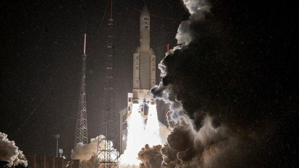 """فرنسا تطلق صاروخ """"أريان 5"""" إلى الفضاء حاملا القمر الاصطناعي """"آ 4"""""""