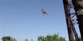 شاب يثير الجدل.. قفز فى النهر من على ارتفاع 100 قدم (فيديو)