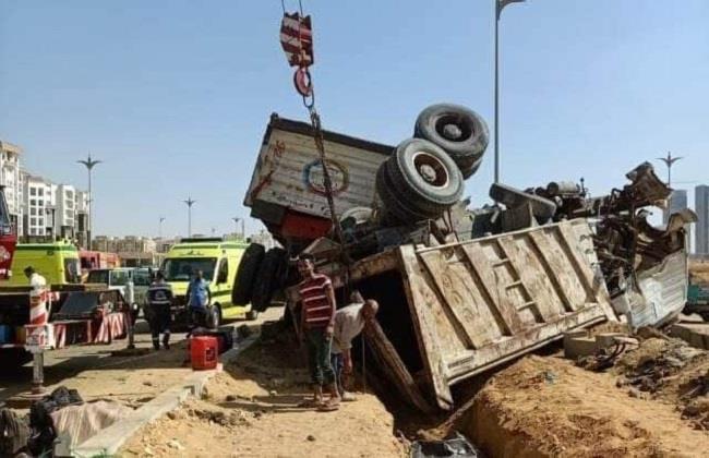 مصرع 9 وإصابة 5 آخرين في حادث تصادم مروع بالعاصمة الإدارية