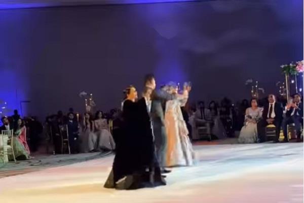 فيديو.. عريس يشعل «إنستجرام» برقصة مع والدته وحماته في حفل زفافه