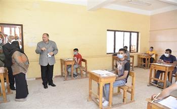 للاطمئنان على سير الامتحانات.. محافظ أسيوط يتفقد لجان امتحانات الدبلومات الفنية