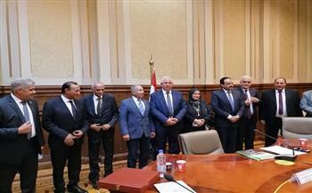 رئيس «دفاع النواب» يُهدي وزير الزراعة درع اللجنة.. ويؤكد: مطمئنون على منظومة الأمن الغذائي