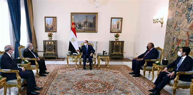 الرئيس السيسي يؤكد حرص مصر على تطوير العلاقات مع الجزائر في شتى المجالات