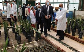 وزير الزراعة يتفقد المعمل المركزي لأبحاث وتطوير النخيل